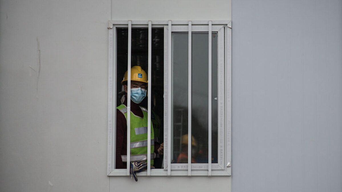 火神山医院病房窗户外焊铁条、钢门