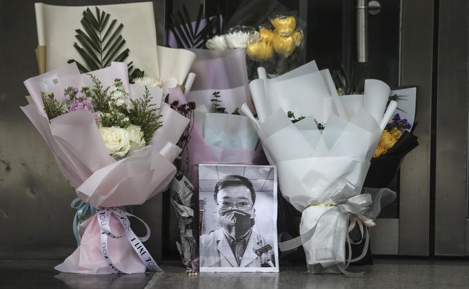 李文亮医生因感染武汉肺炎去世。图为武汉中心医院大门处的临时祭坛。(图片来源:Getty Images)