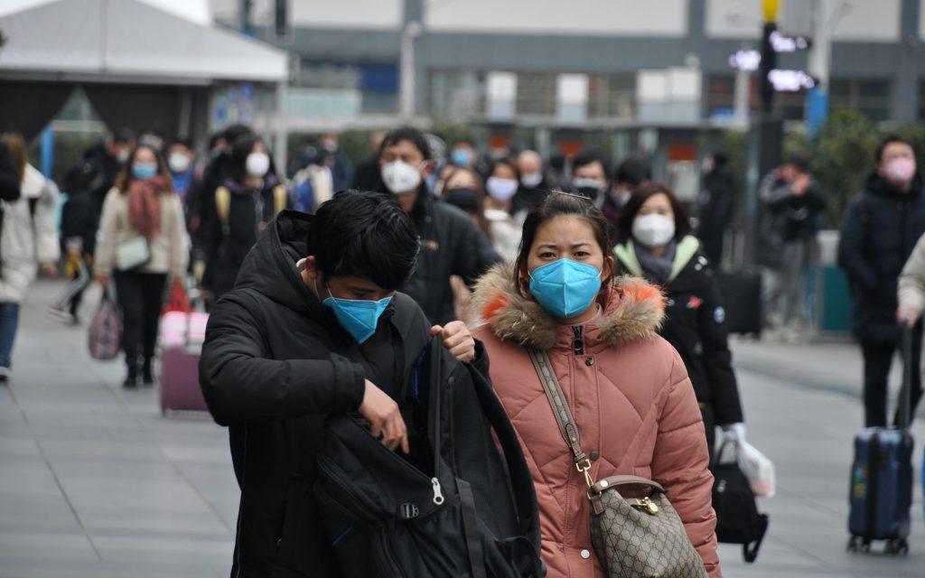 受到武漢肺炎疫情影響,乘客估計返工人潮只有往年一半。圖為2月8日上海火車站外的出站乘客。 (圖片來源:中央社)