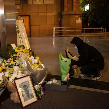最早曝光武汉肺炎疫情的医生李文亮8日死亡,大批武汉市民前往悼念。(图片来源: STR/AFP via Getty Images)