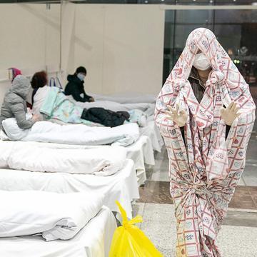 武汉当下实行最严格的封闭措施防止疫情进一步上升。图为隔离中的武汉民众。 (图片来源:STR/AFP via Getty Images)