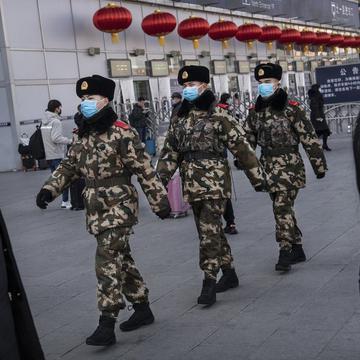 中国公民运动观察者野渡认为中共控制社会、控制人民的情况,在疫情过后可能还变本加厉。图为新年前夕戴防护口罩的北京警务人员正在巡逻。(图片来源:Kevin Frayer/Getty Images)