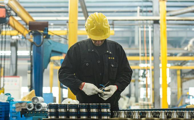调查结果显示,近50%在中国的美国公司表示,由于冠状病毒的爆发而关闭业务。图为一名员工在中国浙江省杭州的一家工厂工作。 (图片来源:STR/AFP via Getty Images)
