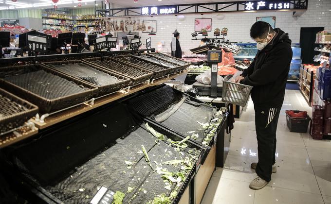 """1月23日武汉""""封城""""后,一家超市看上去空荡荡的蔬菜购物区。(图片来源:Getty Images)"""