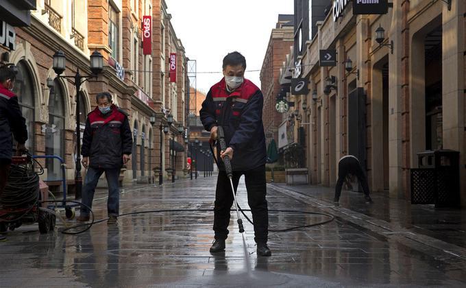 武汉这个繁华的中部枢纽城市在封城后,大街上除消毒人员外人迹罕至。(图片来源:Getty Images)