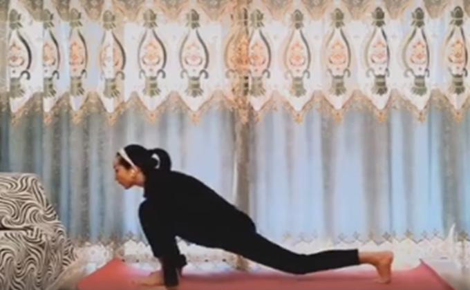 消失了数年的汤灿近日突然在抖音现身教网友做瑜伽,动机引发广泛猜测。镜头前的汤灿面容消瘦,发际线明显后移。(图片来源:视频截图)