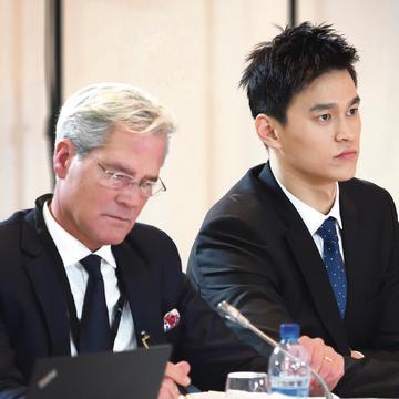 2019年11月15日,中国游泳运动员孙扬(右)和他的律师Ian Meaking在蒙特勒体育仲裁法院(CAS)出席公开听证会。(图片来源:JEAN-GUY PYTHON/AFP via Getty Images)