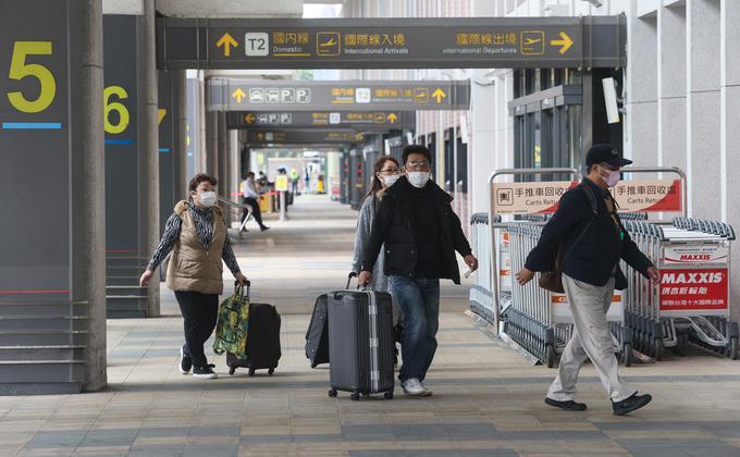 大陆媒体近日披露,中国的多家基因测序机构早在去年12月就已检测出武汉肺炎病毒。图为疫情爆发后,在台湾松山机场搭乘航班的旅客都戴上口罩防疫。(图片来源:中央社)
