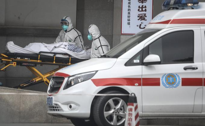 医务人员于2020年1月17日将患者转移到中国湖北武汉市金银潭医院。(图片来源:Getty Images)