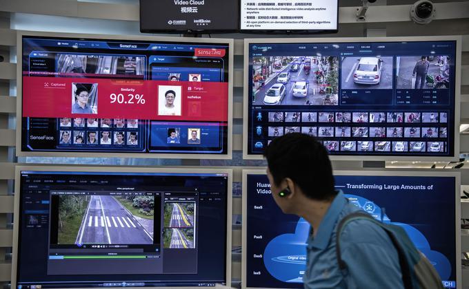 武汉肺炎疫情在中国肆虐,当局却没有对民众的监控有丝毫放松。一家中国科技公司已经开发了即使戴上口罩也进行人脸识别的系统。图为中国科技公司华为在一次博览会上展示人脸识别技术。(图片来源:Kevin Frayer/Getty Images)