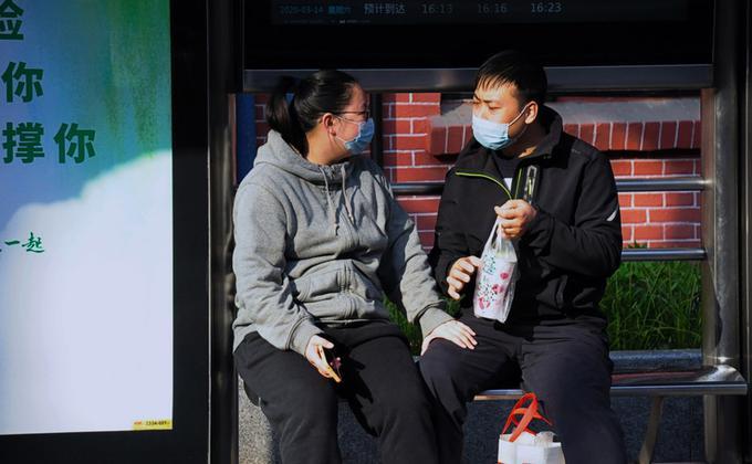 经历一个多月的防疫居家生活,中国许多夫妻朝夕相处下多了不少冲突,一些地方近期出现了离婚潮。图为上海街边的一对情侣。 (图片来源:中央社)