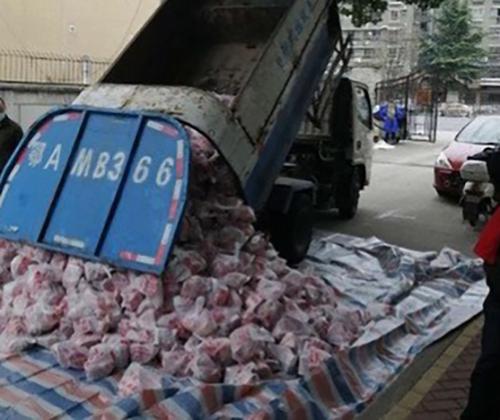 武漢社區派垃圾車發送「豬肉」