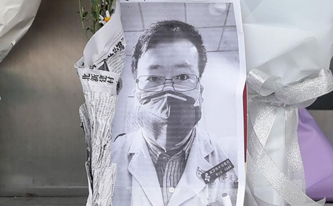"""""""吹哨人""""李文亮调查报告出炉。图为人们悼念李文亮(图片来源:STR/AFP via Getty Images)"""