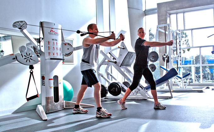 """三月早些时候,医学专业记者诺曼·斯旺博士解释,健身房是病毒传播的最佳场所,因为那堆积满了汗水,谁都有可能是那个""""超级传播者""""。(图片来源:wikimedia commons)"""