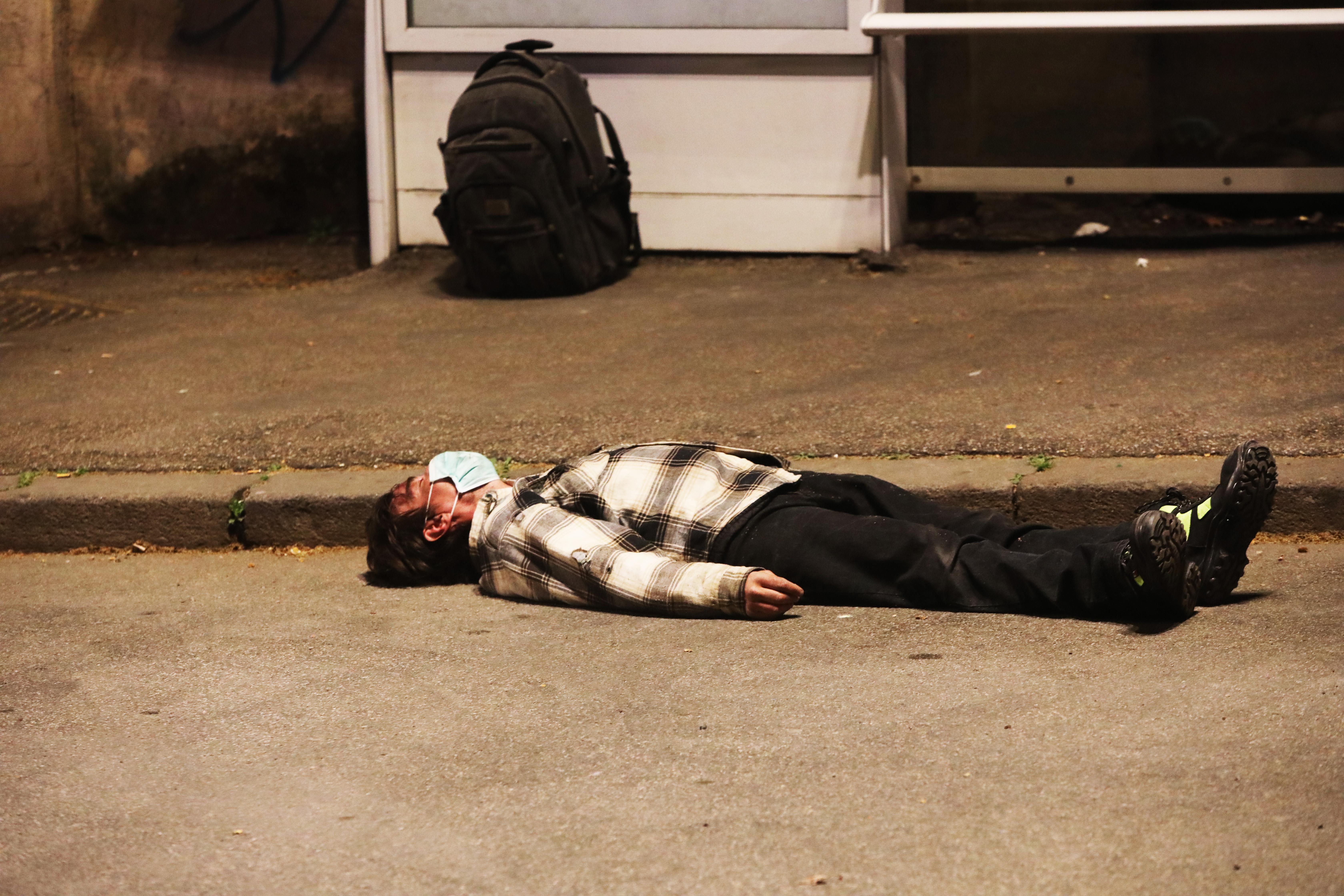 3月22日一名戴着口罩的意大利公民突然倒在罗马街头。