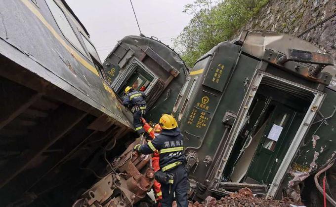 中国一辆自山东济南开往广东广州的列车30日行经湖南郴州永兴县时,因撞击坍方山体,导致车头起火,部分车厢侧翻,已造成一人死亡。(图取自湖南消防微博网页)