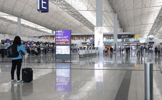 港府3月中规定全部入境者必须强制检疫14天以来,每天经机场入境的香港居民曾经连续3天在1千人以下,较新措施实施前的6千多人大跌近9成。(图片来源:中央社)
