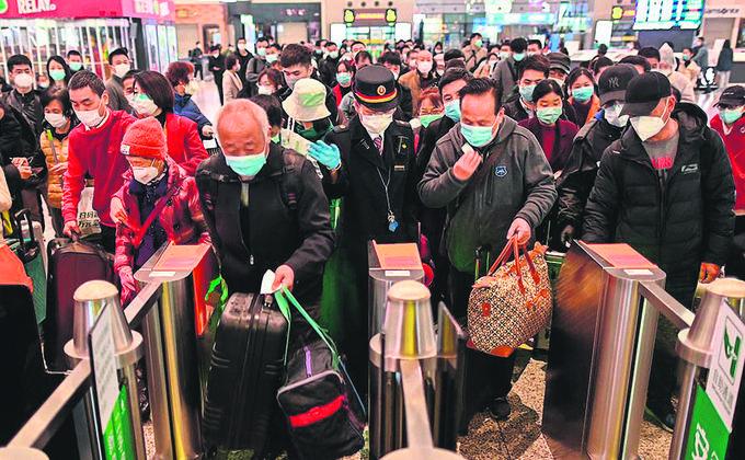 2020年3月28日上海车站大批民众购票前往武汉漢(圖片來源:HECTOR RETAMAL/AFP via Getty Images)