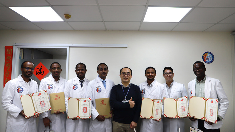 埃塞俄比亚医师艾耶勒(左一)。