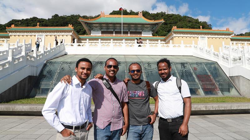 埃塞俄比亚医师艾耶勒(右二)。