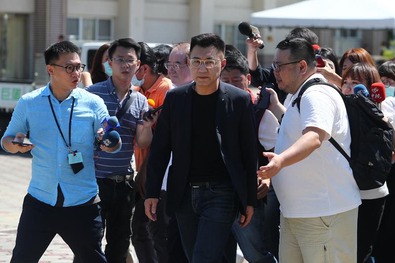国民党主席江启臣7日上午前往高雄市立殡仪馆致哀。