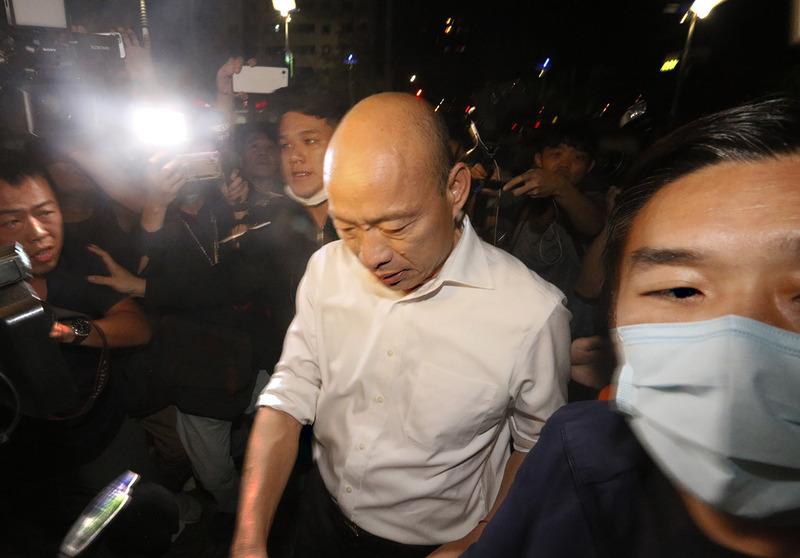 高雄市长韩国瑜深夜前往许家慰问。