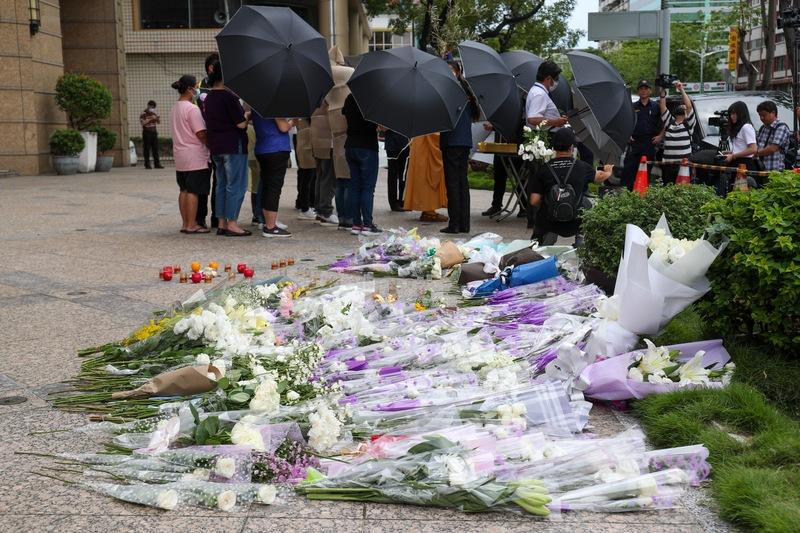 中国国民党籍高雄市议会议长许昆源宅邸外摆满致意的花束