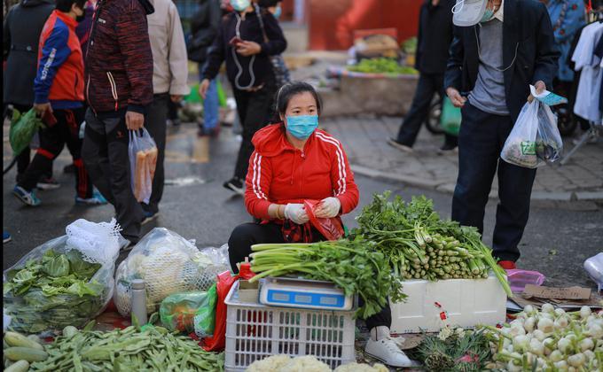 正當習近平信誓旦旦要求今年全面脫貧時,中國總理李克強卻讓「地攤經濟」一夜之間成了熱詞。(图片来源:STR/AFP via Getty Images)