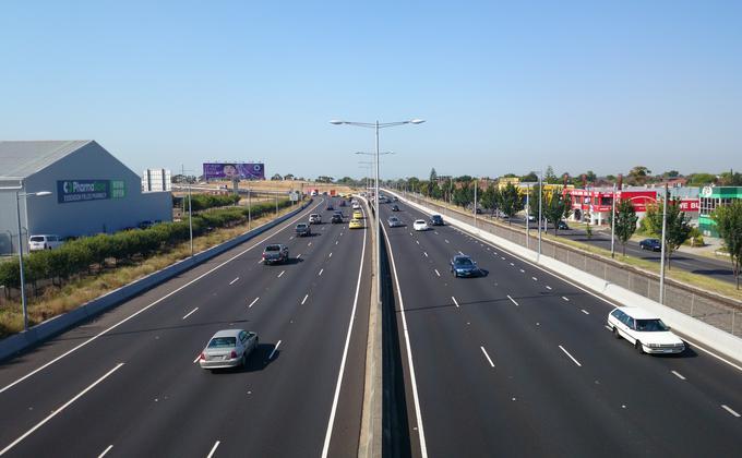 澳洲其他州都有类似的交通补助计划。图为墨尔本Tullamarine freeway高速公路。(图片来源:Bidgee/Wikimedia Commons/CC BY-SA 3.0)