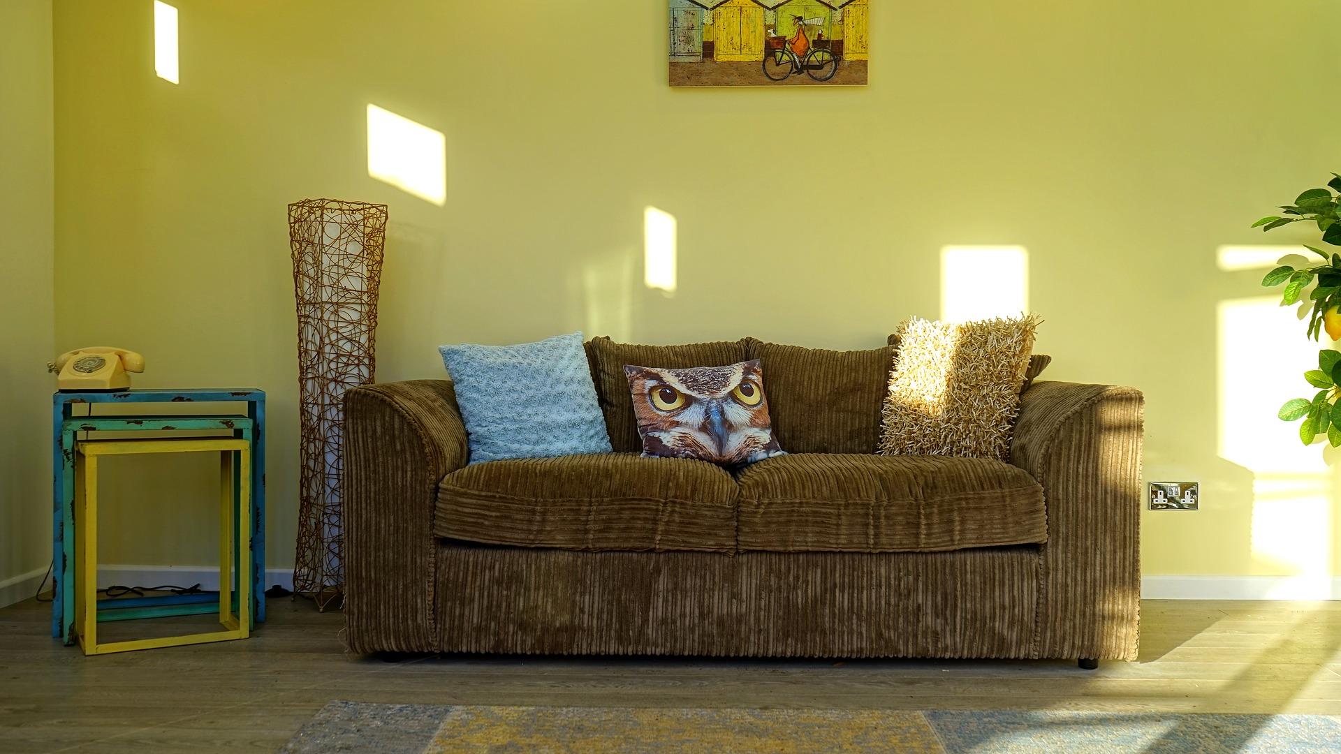 黄色墙壁和棕色沙发
