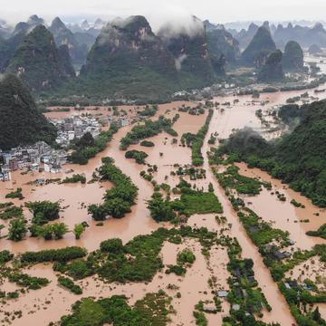 「龍舟水」原本是傳統之中的祥和之水,今年卻變成了80年未遇的「洪水猛獸」。(Photo by STR/AFP via Getty Images)