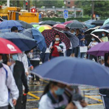 2020年高考在7月7日举行。图为湖北武汉考生冒雨参加考试(图片来源:STR/AFP via Getty Images)